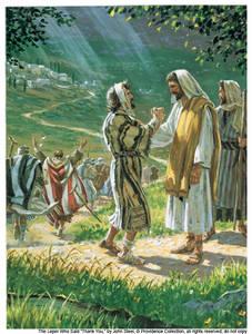 Eén van hen nu, toen hij zag dat hij gezond was geworden, keerde terug, terwijl hij met luider stem God verheerlijkte. En hij viel op zijn aangezicht aan zijn voeten, hem dankend; en hij was een Samaritaan. Jezus nu zei ten antwoord: Werden niet de tien gereinigd? Waar [zijn] dan de negen? Werden er geen gevonden die terugkeerden om God heerlijkheid te geven dan deze van een ander volk? En hij zei tot hem: Sta op en ga heen; je geloof heeft je gered.